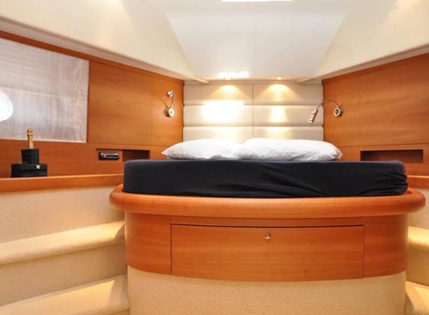 Crociere barche a motore di lusso aicon 64 noleggio for Noleggio cabina di steamboat